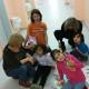 Helfer der Initiative WOLV spielen mit Flüchtlingskindern auf dem Flur im 2. Obergeschoss in der Unterkunft am Leegebrucher Kreisel