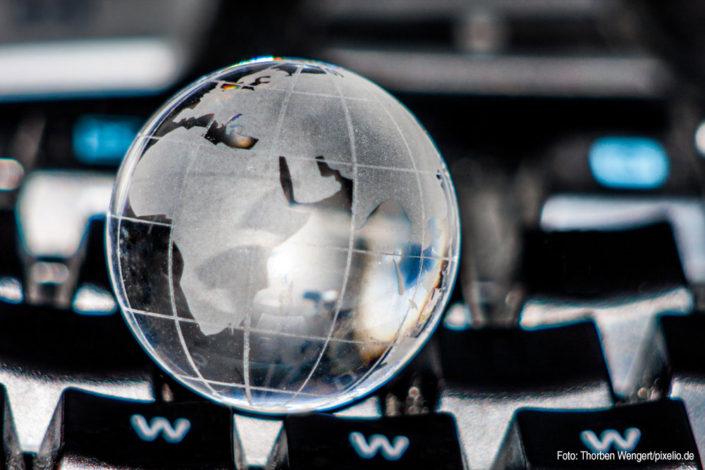 Tastatur mit Weltkugel (Foto: Thorben Wengert/pixelio.de)