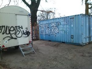 Am 18.12.2015 konnten endlich der organisierte Container und ein Bauwagen antransportiert werden. Zukünftig kann die Willkommensinitiative unmittelbar am Wohnheim Angebote unterbreiten.
