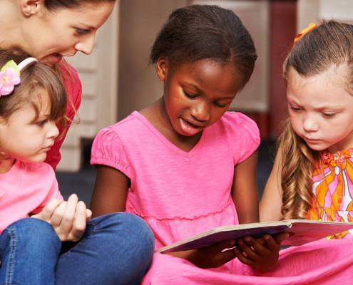 Kinder lernen lesen mit Erzieherin (Foto: Robert Kneschke/fotolia.de)